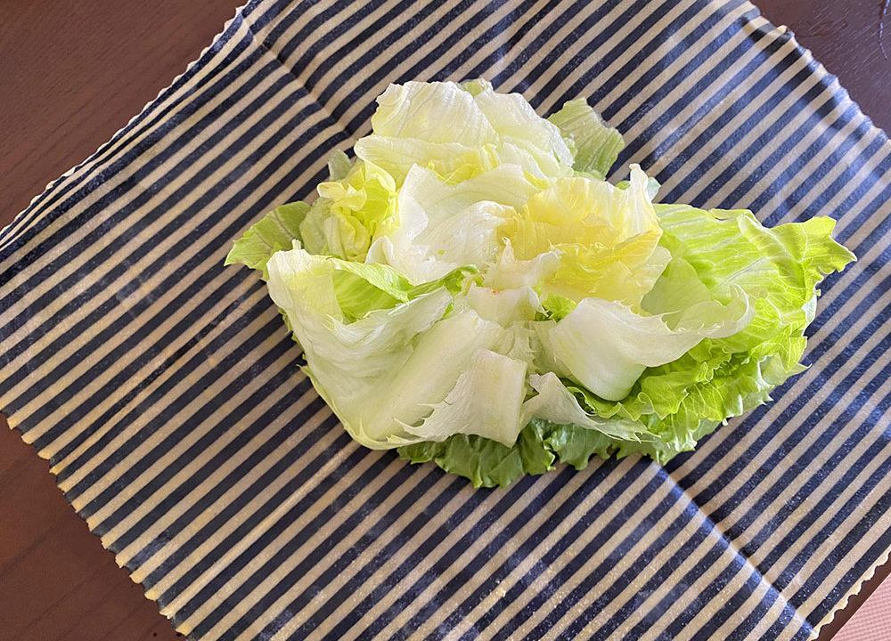 使いかけの野菜をそのまま包むところ