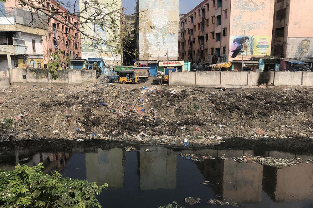 大量のゴミが浮かぶインドの川