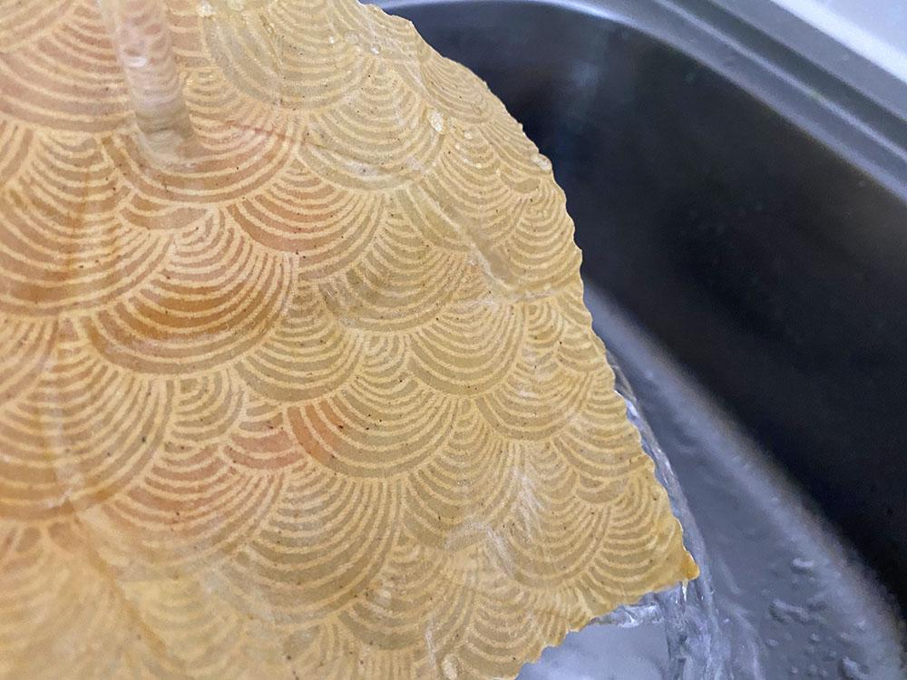 ミツロウラップを水洗いする