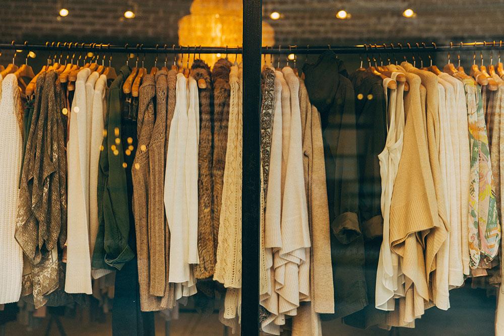 店頭に並ぶ洋服