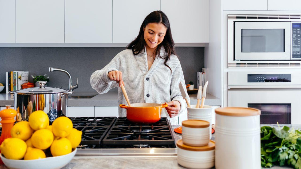 キッチンに立つ女性とプラスチックフリーの道具