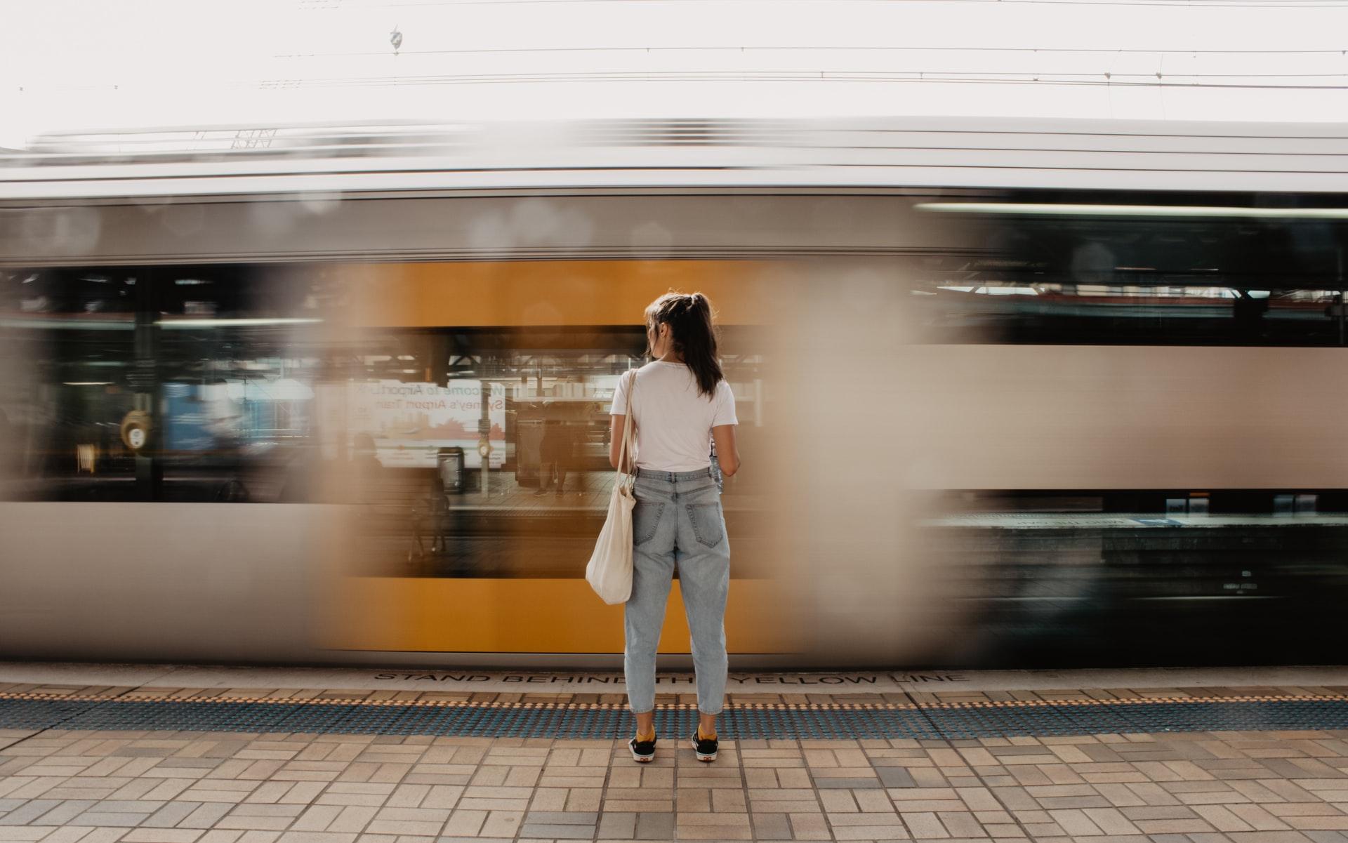 電車で遠くまででかける女性