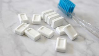 歯磨き用タブレットと歯ブラシ