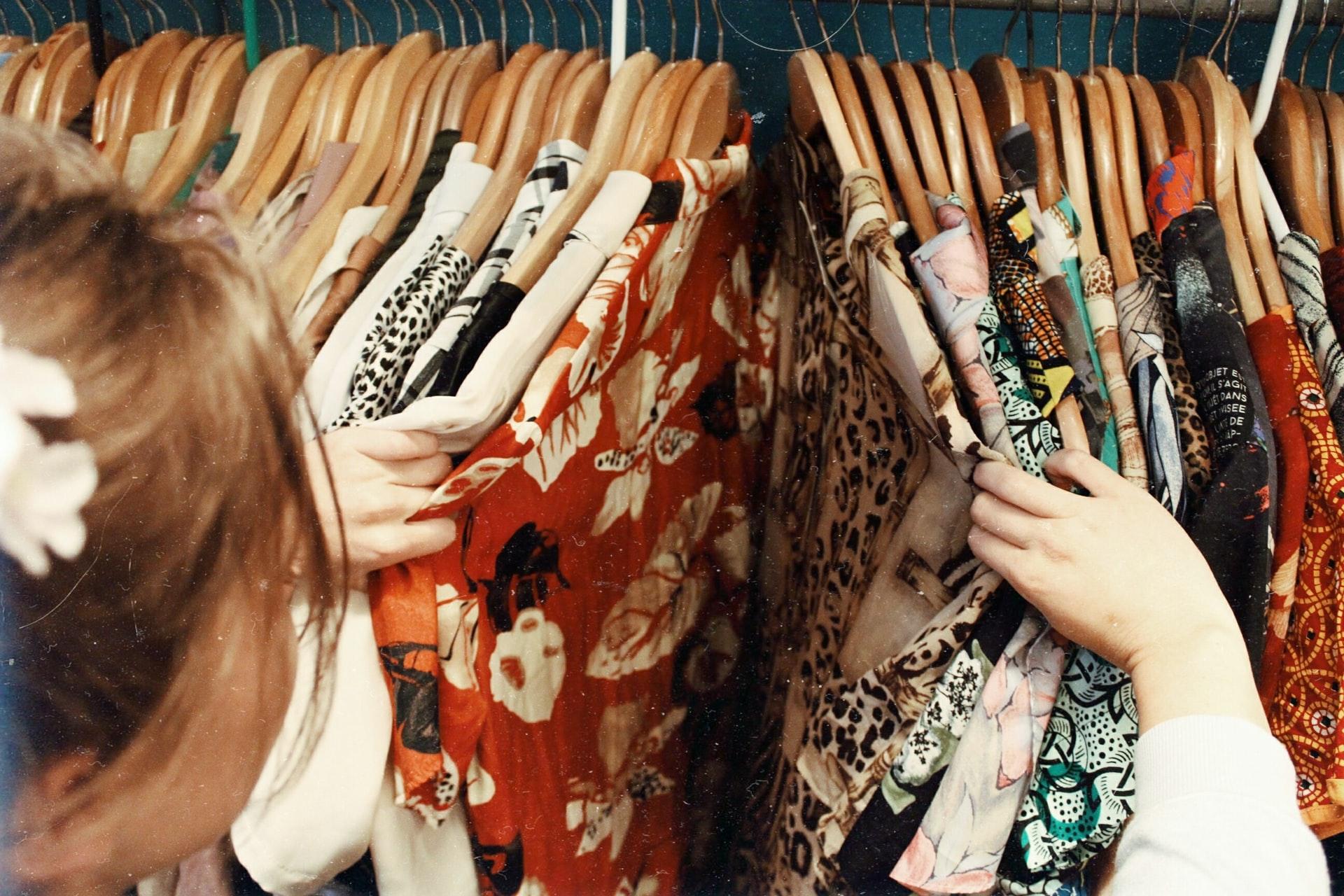 洋服を買おうとしている女性