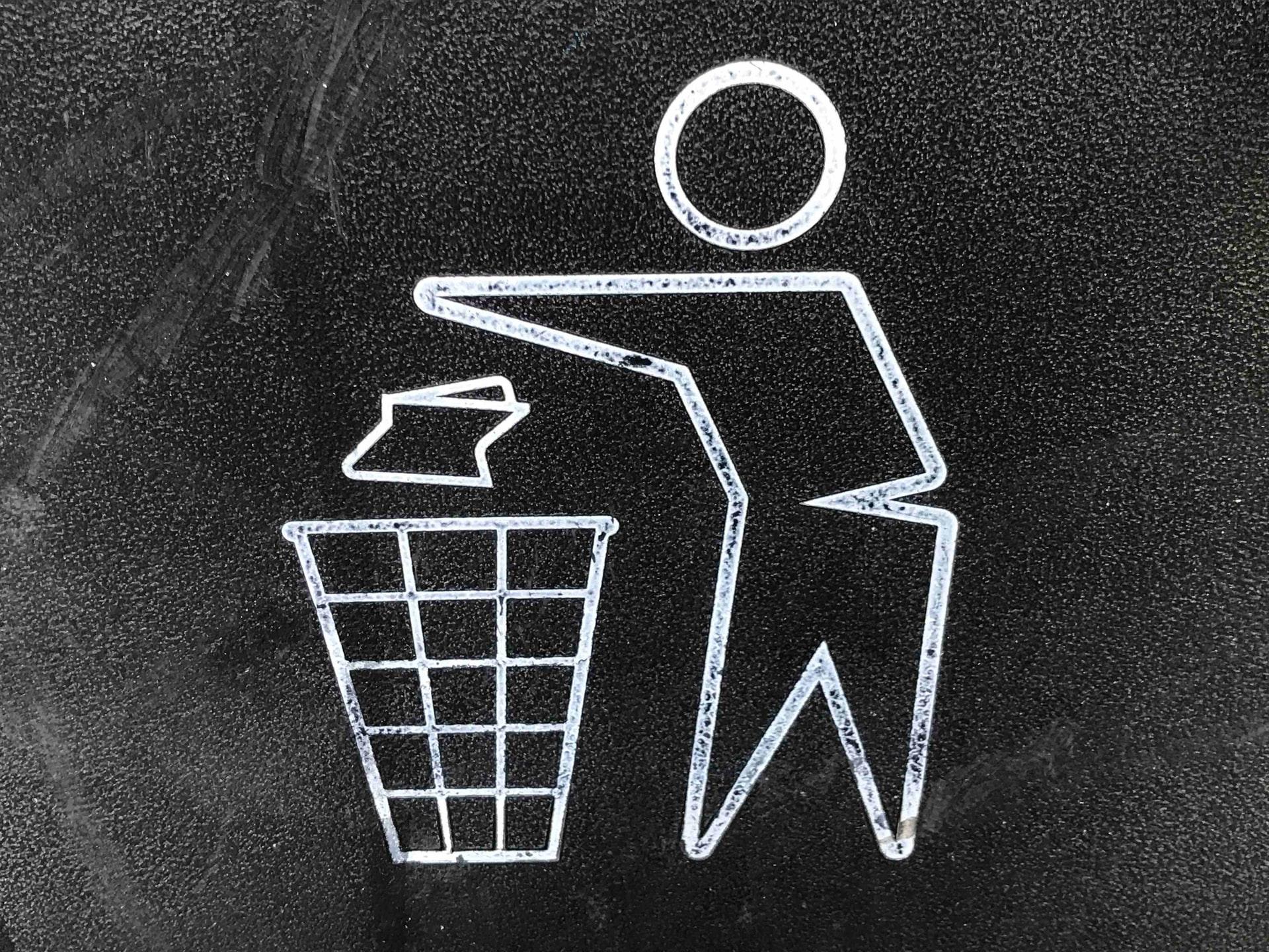 ゴミ箱に捨てている様子